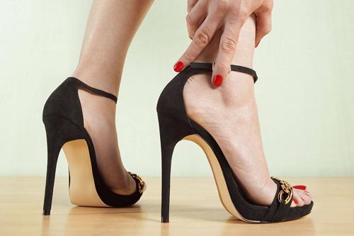 Không thể ngờ những tác hại của đi giày cao gót với đôi chân