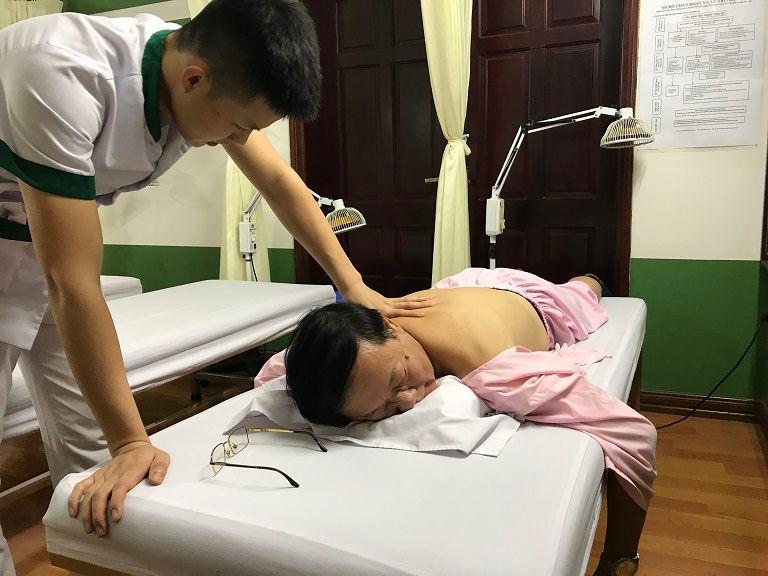 NS Phú Thăng khi đang được trị liệu