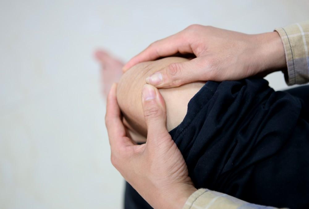 cách bấm huyệt chữa đau khớp gối