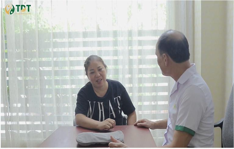 Hình ảnh chị Đặng Thị Phương thăm khám tại Trung tâm Thuốc dân tộc