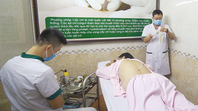 Bác sĩ Lê Hữu Tuấn trực tiếp thực hiện trị liệu cấy chỉ cho người bệnh