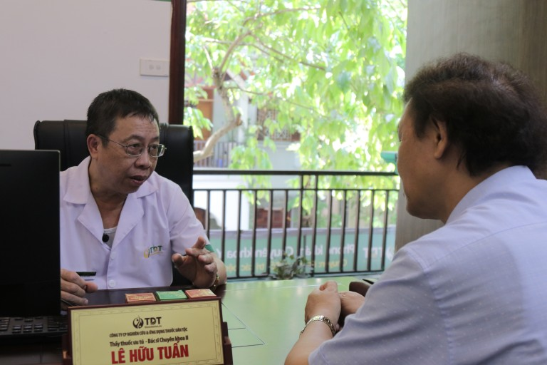 Bác sĩ Tuấn tư vấn điều trị cho người bệnh tận tình