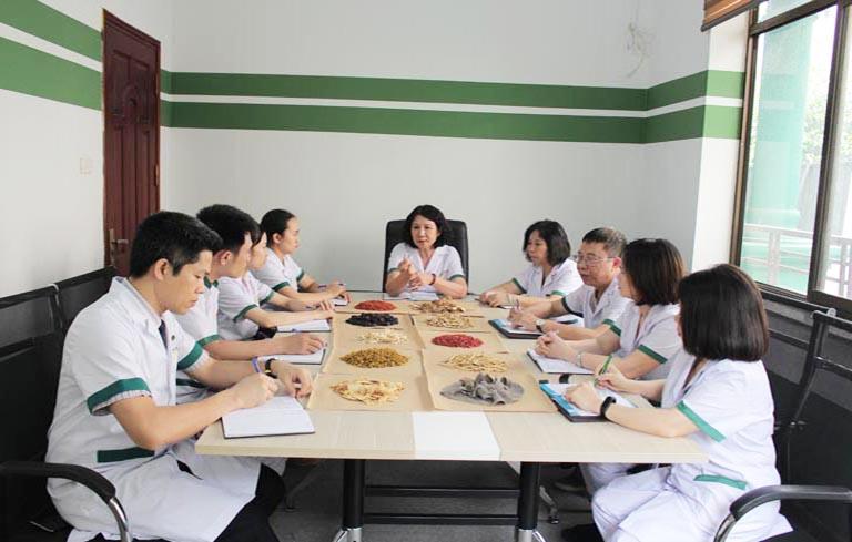 Đội ngũ bác sĩ trong quá trình nghiên cứu và hoàn thiện bài thuốc