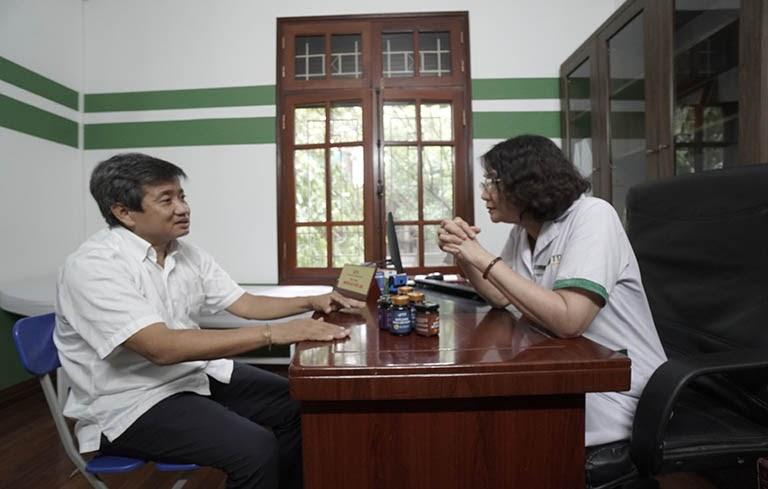 Ông Đoàn Ngọc Hải chia sẻ tình trạng sức khỏe với bác sĩ Tuyết Lan