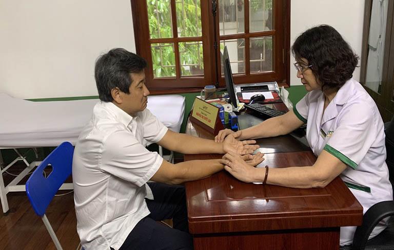 Ông Đoàn Ngọc Hải được bác sĩ Tuyết Lan trực tiếp thăm khám