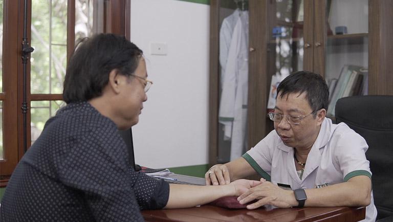 Bác sĩ đầu ngành trực tiếp thăm khám và đồng hành trong điều trị bệnh xương khớp